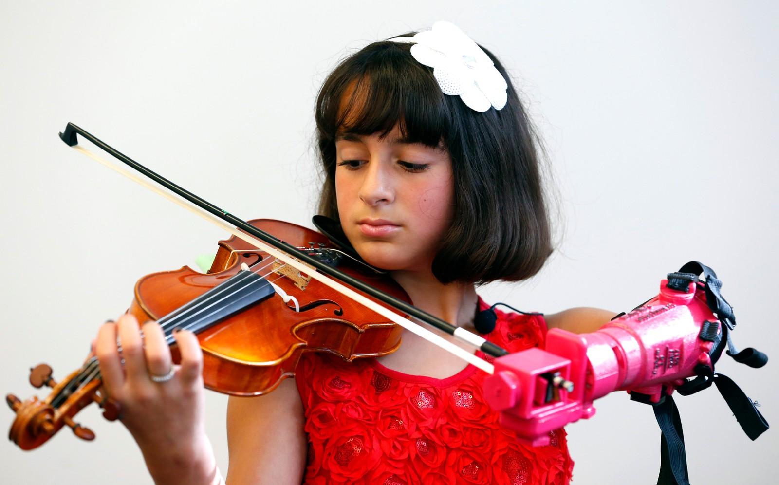 Ti år gamle Nicola Cabrera spiller fiolin med sin splitter nye protese-arm ved fakultetet for ingeniørvitenskap på George Mason University i Fairfax i Virginia. – Jeg følte umiddelbart at jeg kom til å kunne spille, sa hun etterpå.