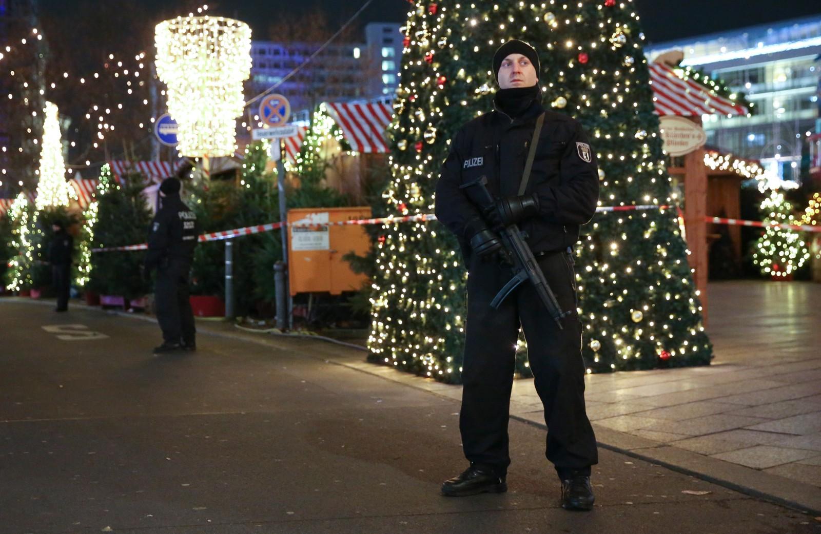 En politimann holder vakt utenfor julemarkedet etter angrepet.