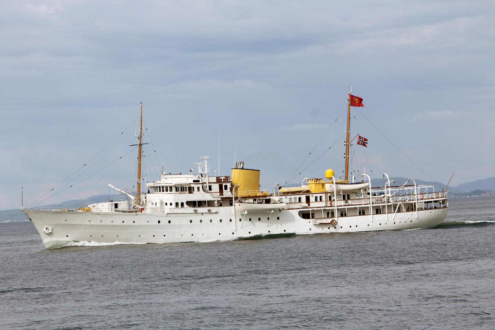 Kongeskipet på veg ut Trondheimsfjorden etter endt signingsjubileum i Trondheim.