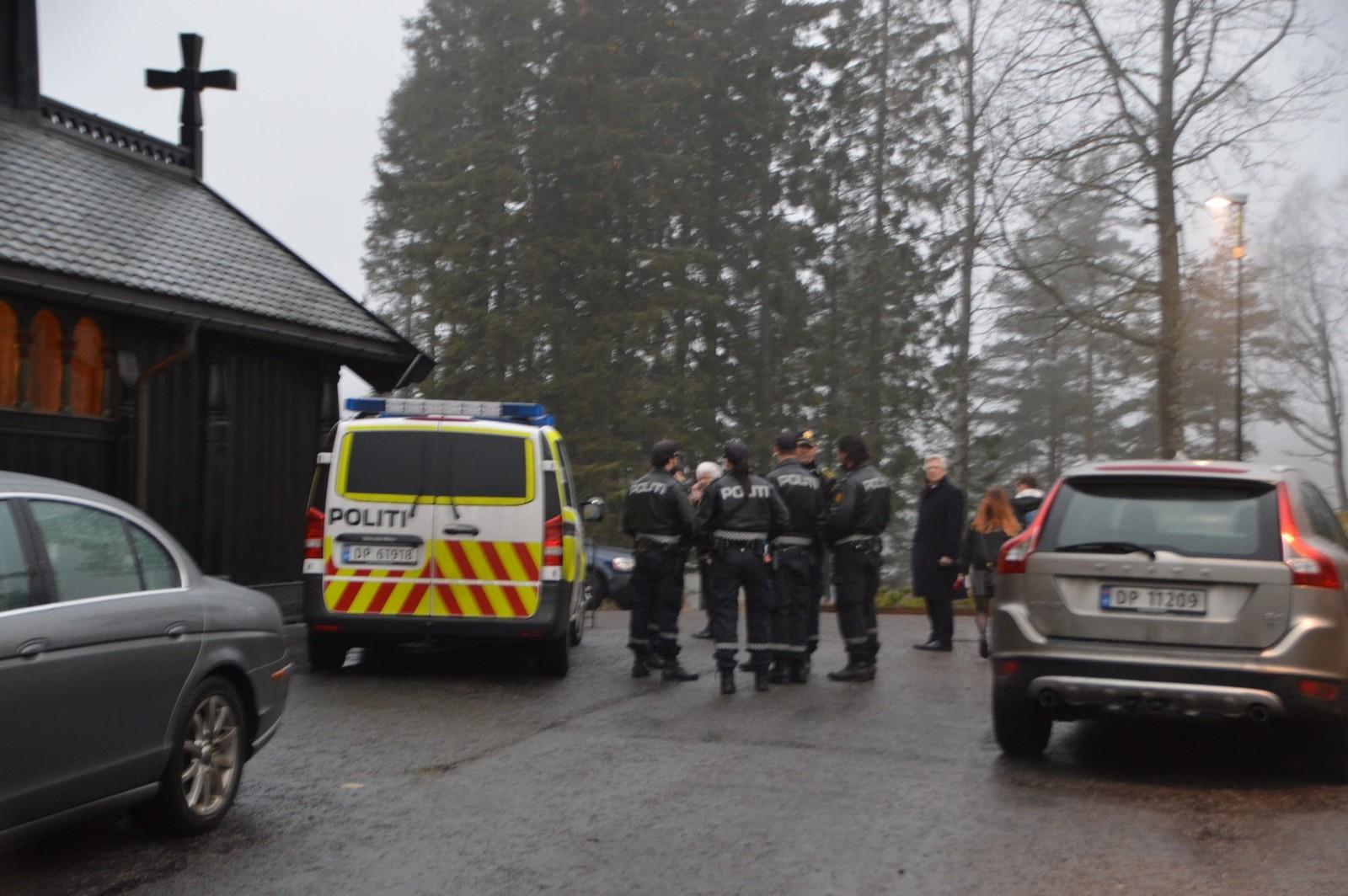 Stort politioppbud utenfor Holmenkollen kapell etter den tragiske ulykken.
