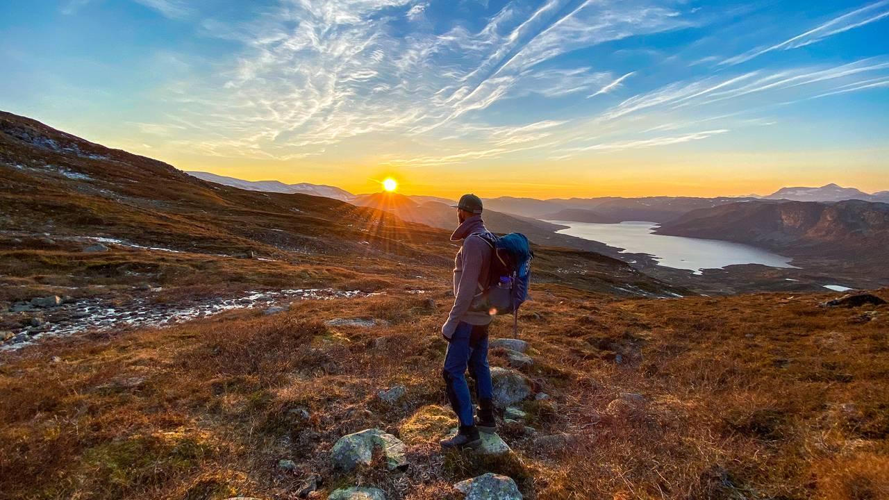 Høstsola går ned over Olefjorden
