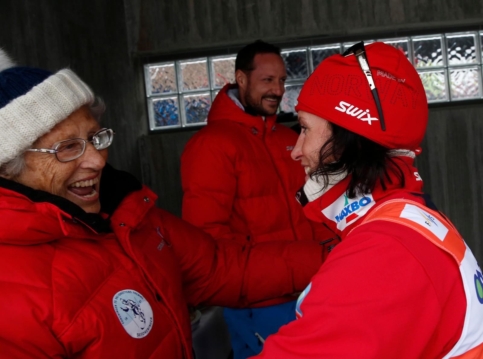 SPORTSIDIOT: Vinteridrett er den store lidenskapen. Prinsesse Astrid er flittig gjest i Holmenkollen vinterstid. i 2014 gratulerte ho Marit Bjørgen med sigeren i 30 km fellesstart i verdscupen.