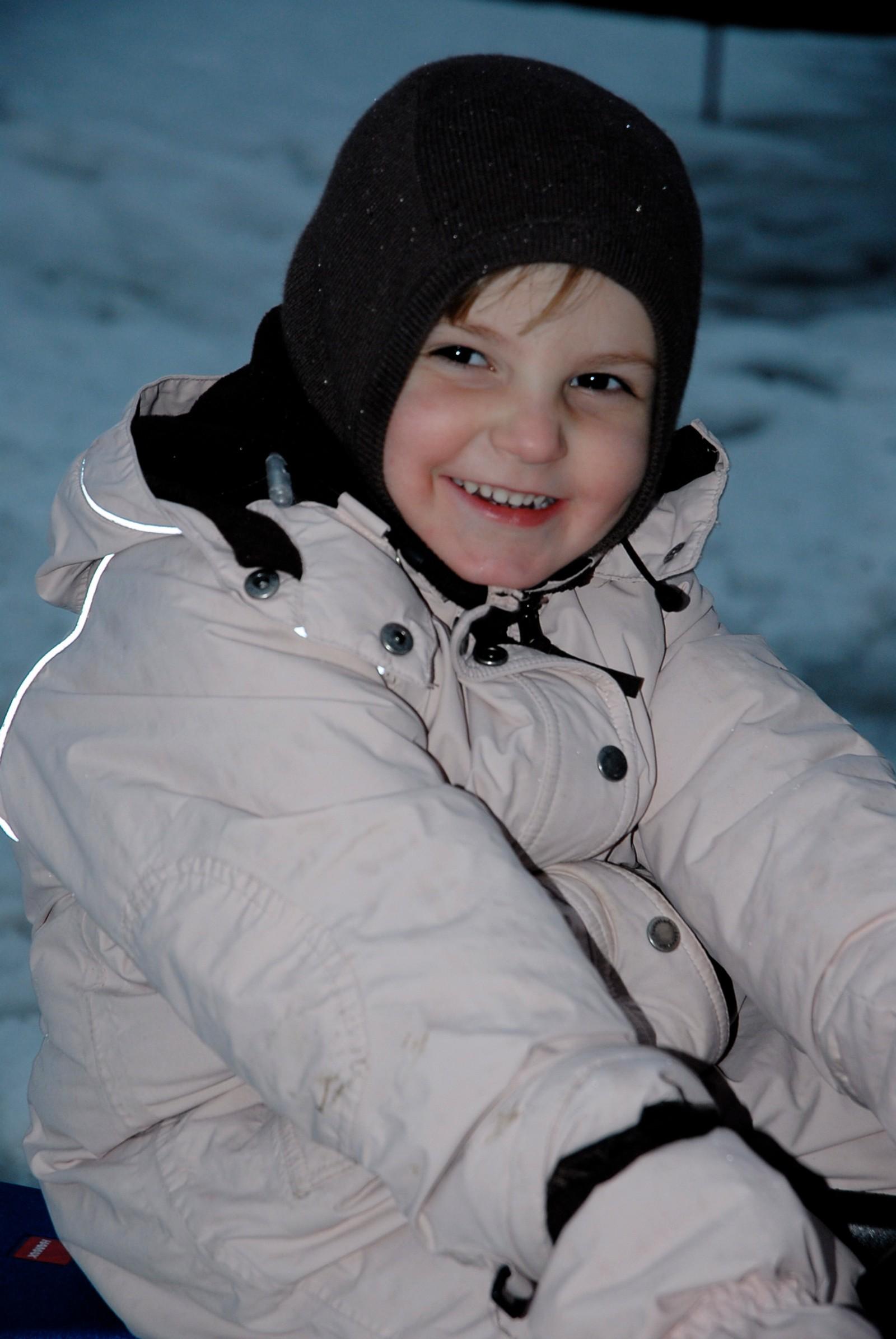 4 ÅR: Endå eit bursdagsbilde i snøen for januarprinsessa. Fire år gammal smiler ho erfarent til kamera.