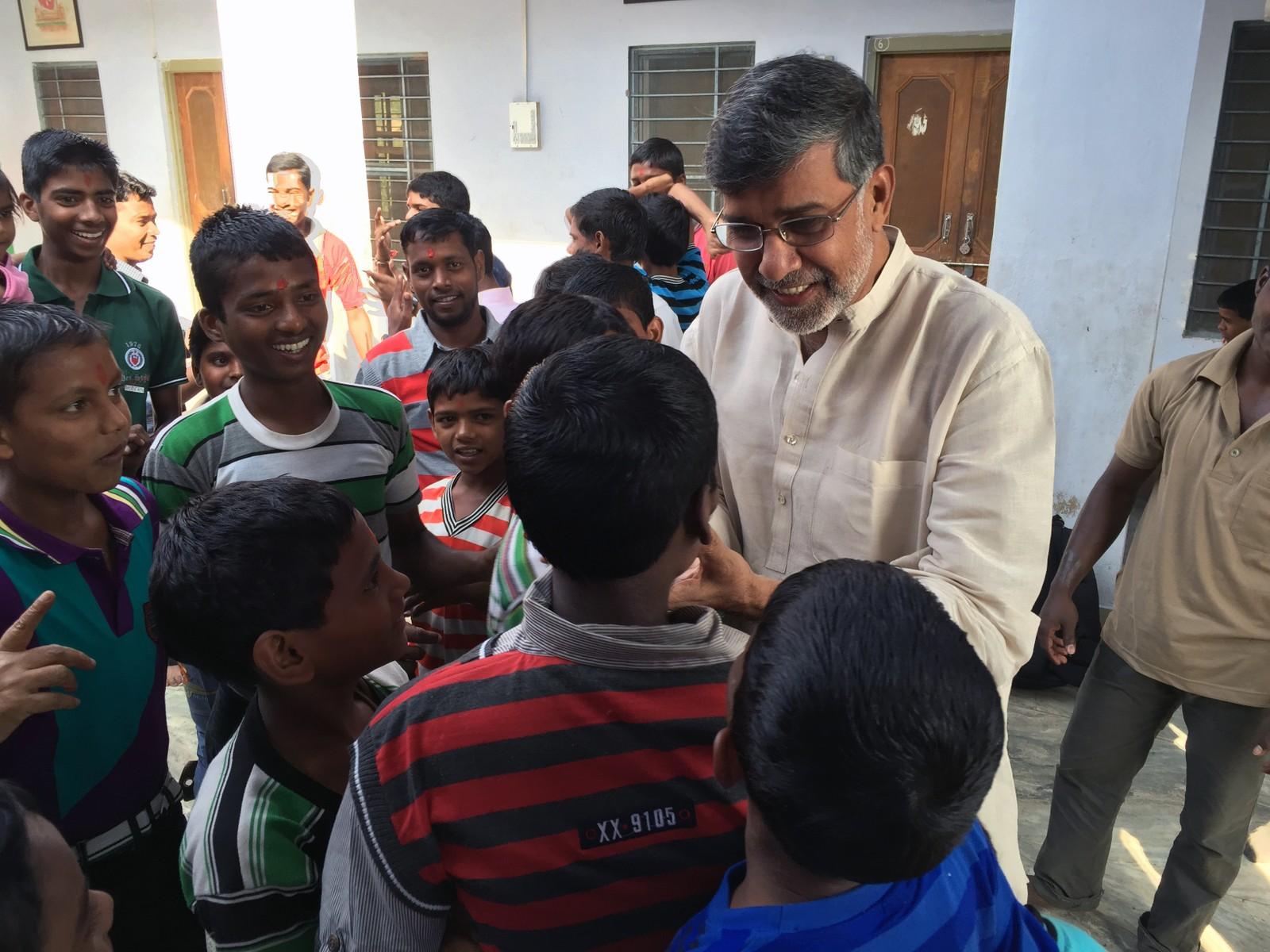 Det var en fattig skomakersønn som vekket Kailash Satyarthis rettferdighetsans. Kailash syntes de voksne gav dårlige svar på hvorfor skomakergutten ikke kunne gå på skole sammen med ham selv og vennene, men måtte arbeide i stedet. Så han bestemte seg allerede som liten for å kjempe mot barnearbeid.