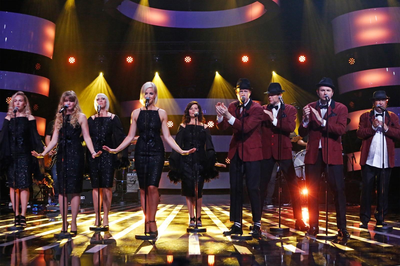 Alle deltakerne på scena under kveldens åpningsnummer.