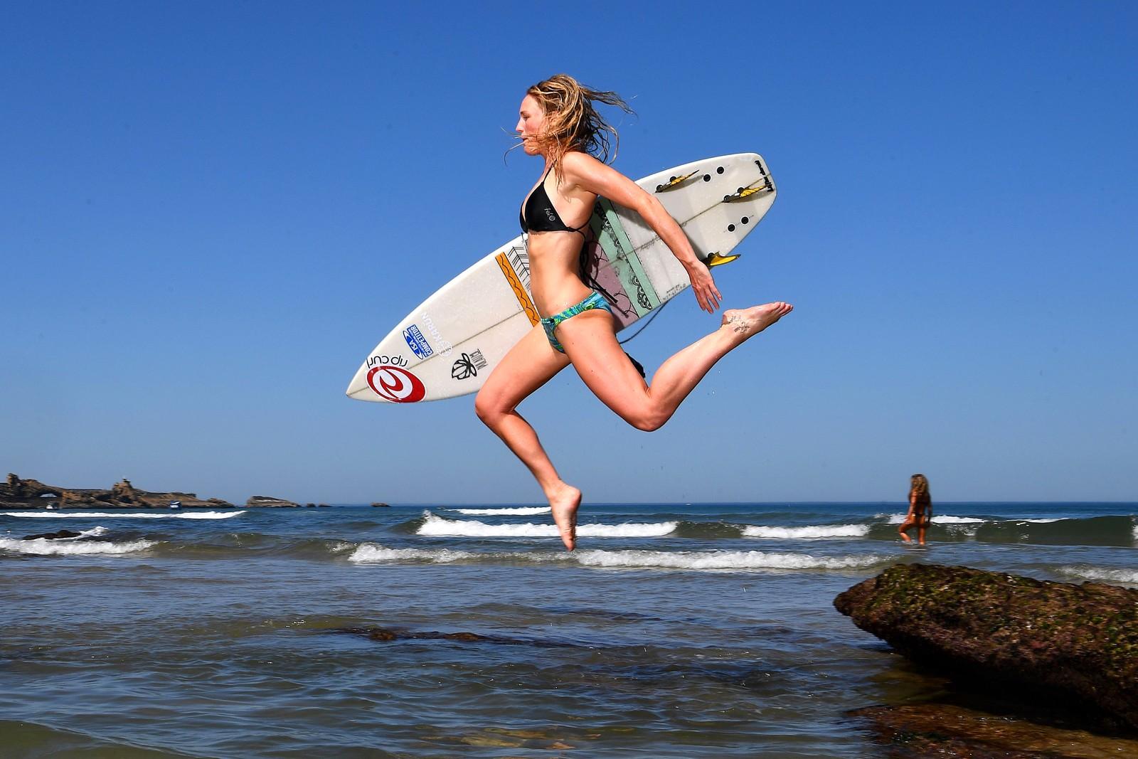 """Den svenske proffsurferen Maria Petersson er en av mange atleter fra 40 land som nå er samlet for å konkurrere i """"ISA World Surfing Games"""" i Biarritz i Frankrike. Peterson har blant annet hatt base i Lofoten hvor hun har trent i de kalde bølgene."""