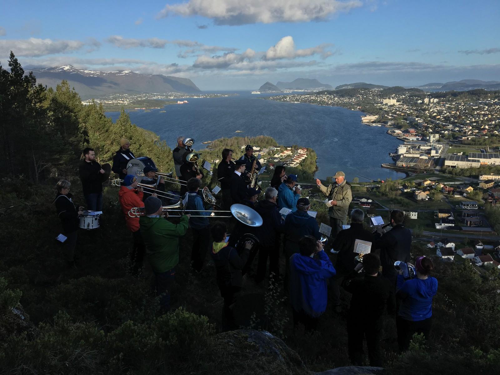 Musikklaget Brage spela på Kollen i Spjelkakvik