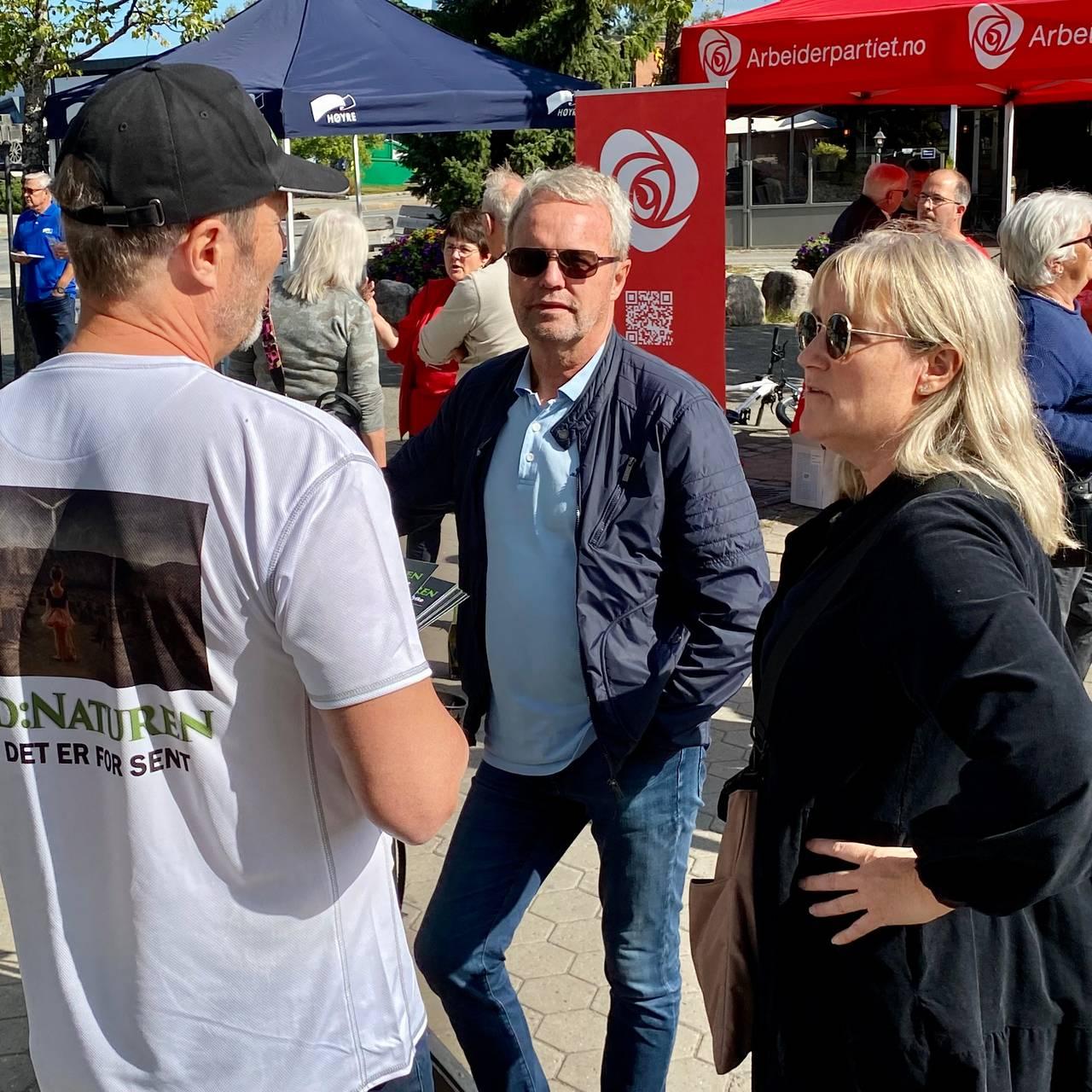 Petter Johan Holth i Redd Naturen driver valgkamp i Elverum og snakker med velgere.