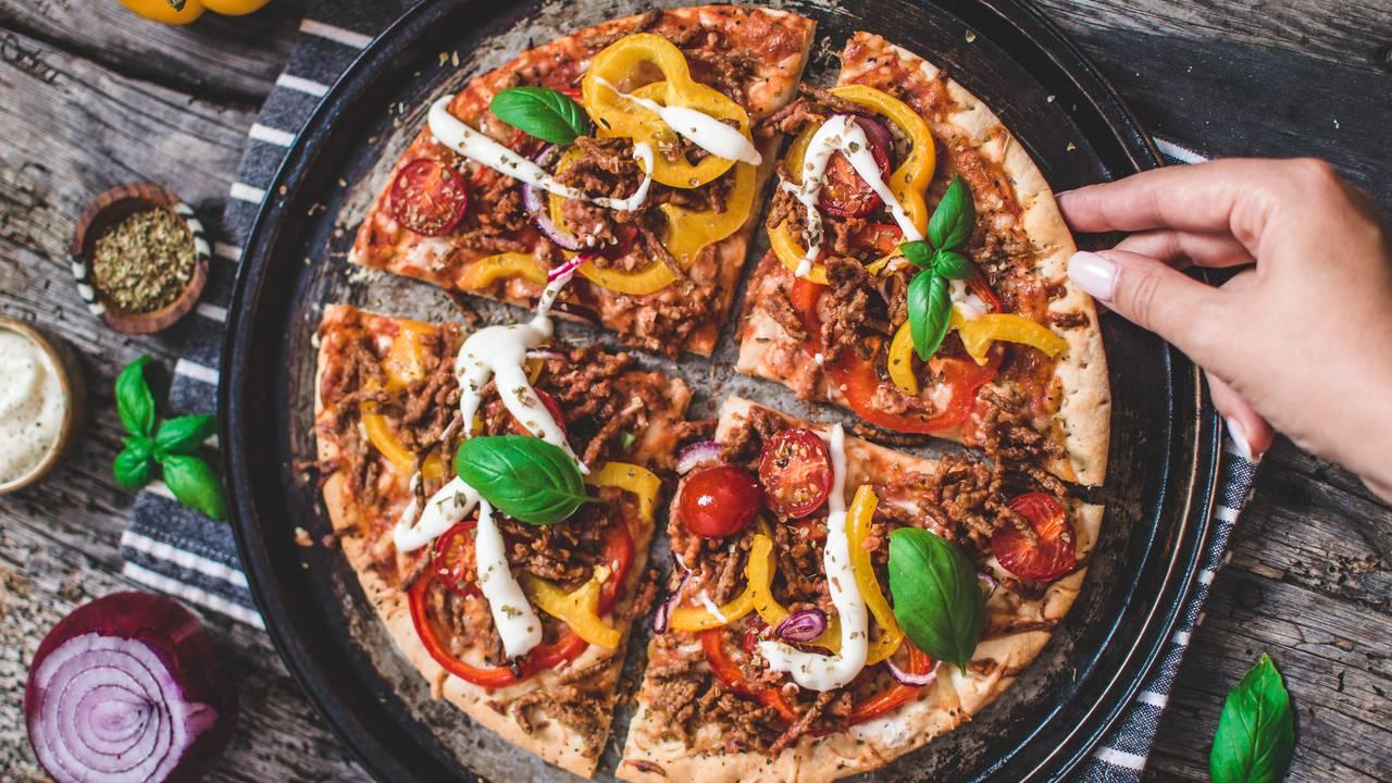 Pannestek pizza med grillet paprika, plantefarse av åkerbønner og erter, hvitløkaioli.
