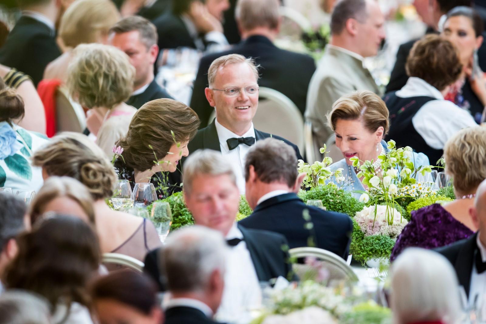 Sindre Finnes flankert av dronningene Silvia av Sverige (tv) og Sonja under regjeringens festmiddag for kongeparet i Operaen i anledning deres 80-