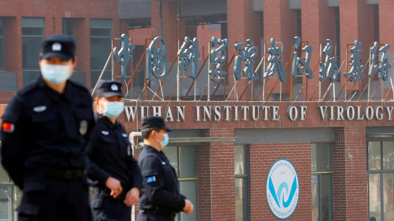 Sikkerhetsvakter utenfor Wuhan instituttet for virologi under et besøk av WHOs eksperter i februar.