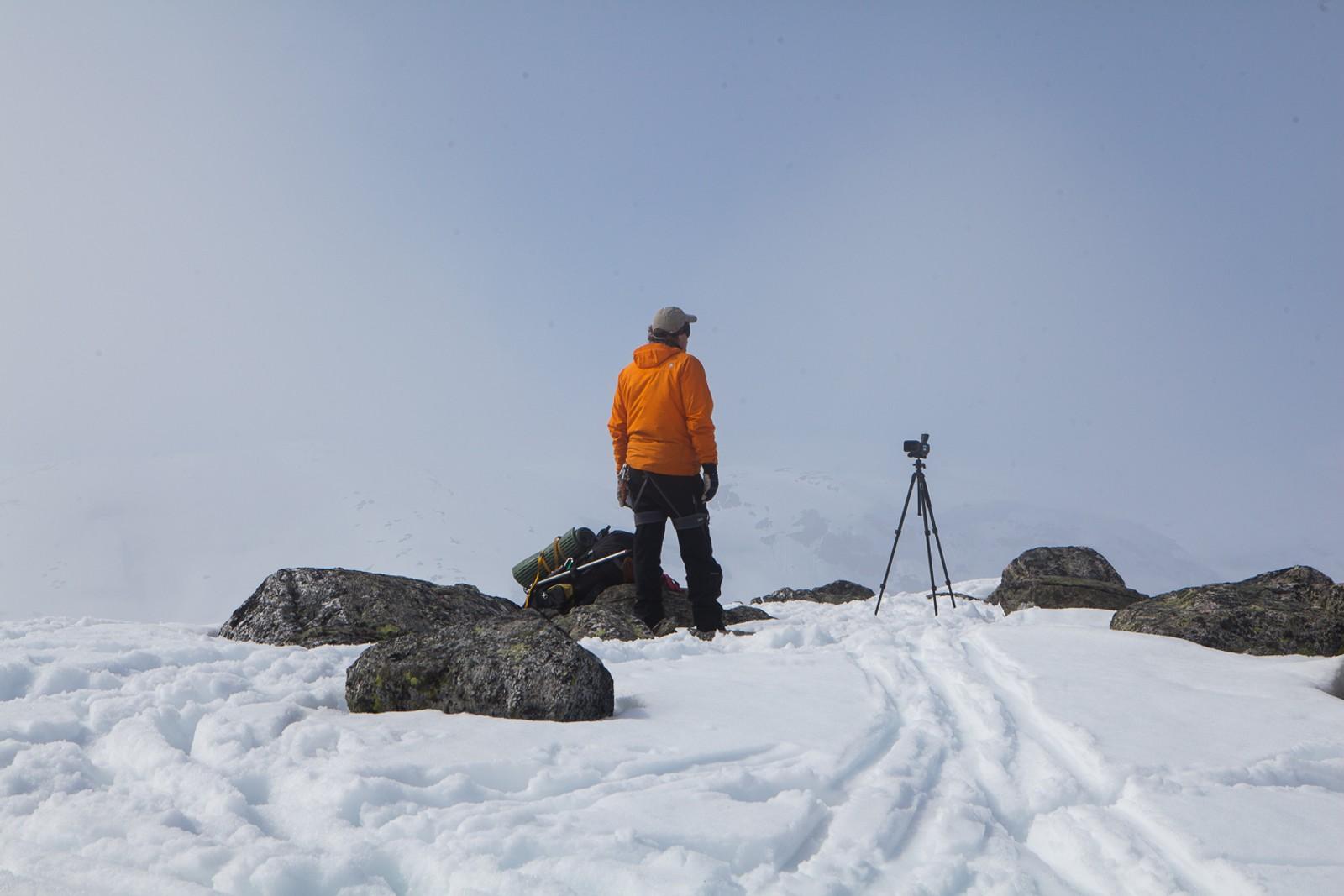 Slik blir Lars Monsen forlatt under hver eneste innspilling. Med et kamera som går foran seg, og med bind for øynene. Når lyden av helikopteret forsvinner i det fjerne begynner han å orientere seg.