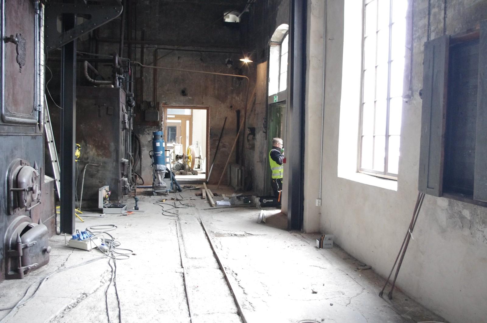 REDDET KJELER: Gamle melkekjeler fra Kapp Melkefabrikk er restaurert til åpningen 7. juni. Her fra rigging og montering den siste uka.