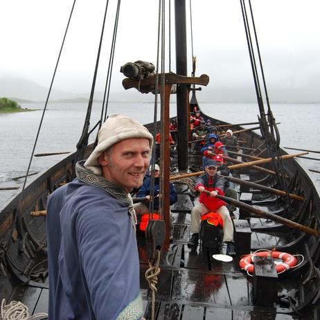 "HØVDING: Terje Bøe, vikinghøvding på Borg, kommanderer roerne på vikingskipet ""Lofotr"" som det høver seg en ekte høvedsmann. Foto: Billy Jacobsen / NRK 2008"