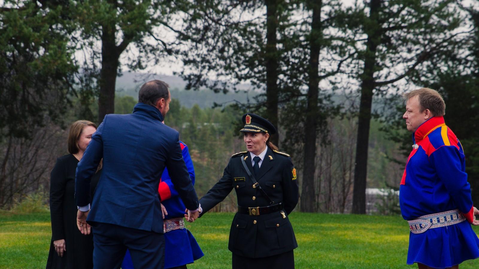H.K.H. Kronprins Haakon hilser på Finnmarks politimester Ellen Katrine Hætta.