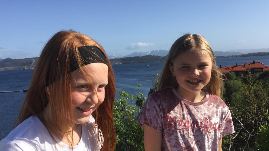 Selma Bjerk Austbø og Frida Husefest Nygård vil ikke ha plastpremier på 17. mai. Klasse 4A fra Florø.