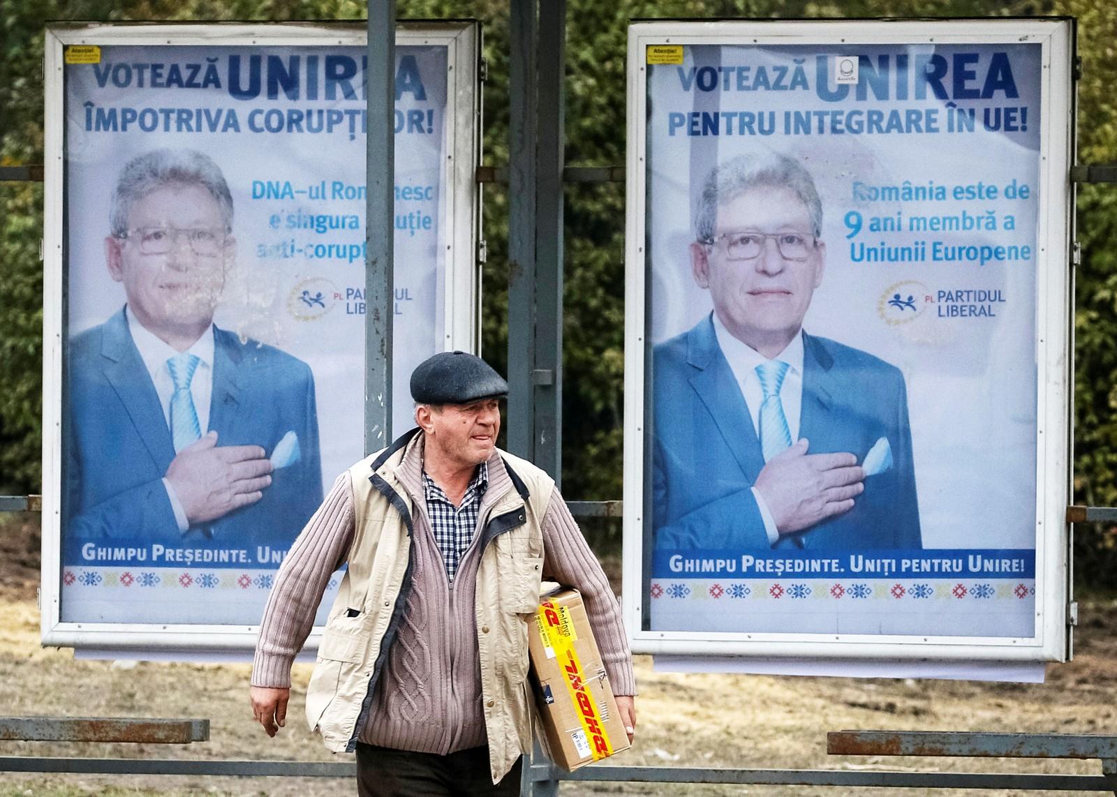 Plakater for det liberale partis presidentkandidat Mihai Ghimpu henger rundt omkring i hovedstaden Chisinau.