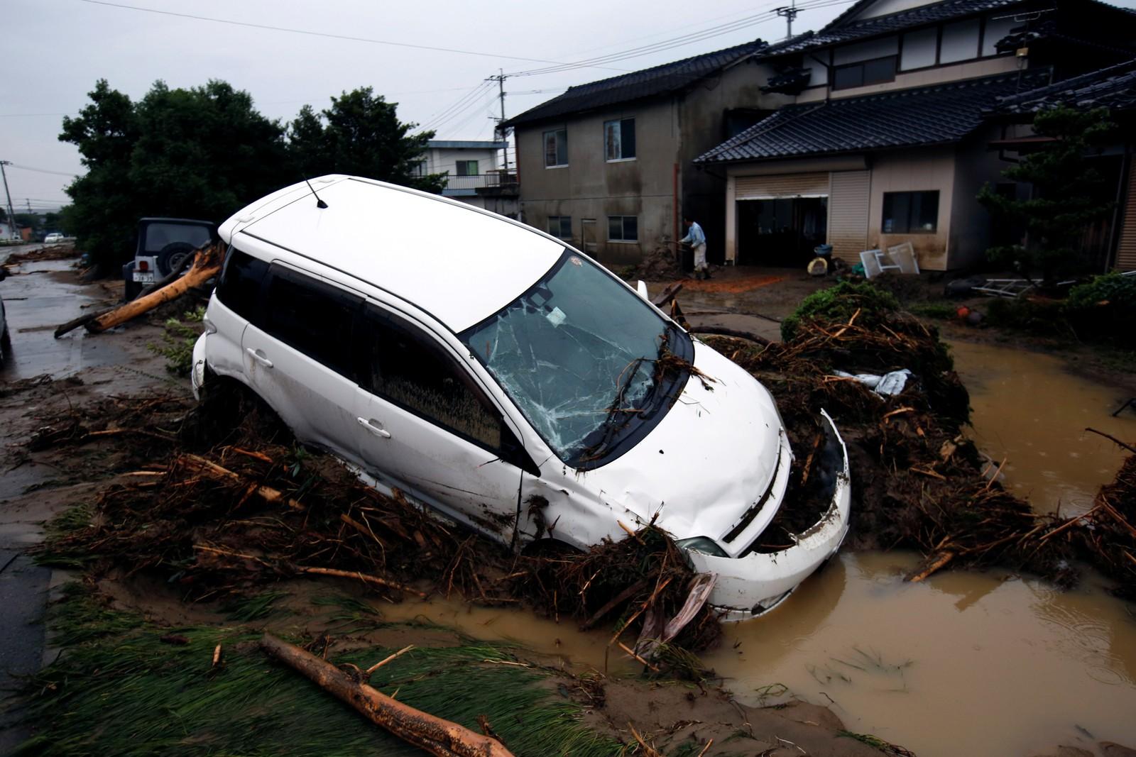 En bil som ble tatt av flommen.
