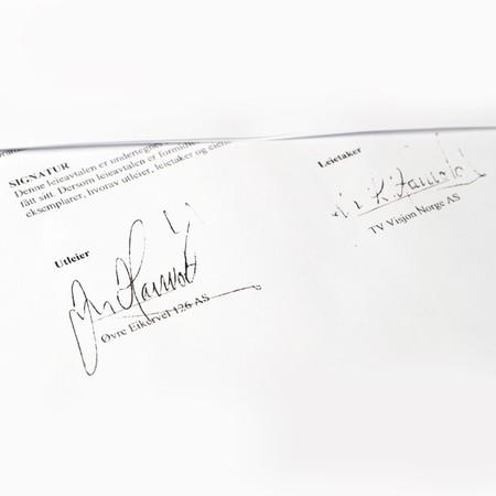 Jan Hanvold signerer som utleier og leietaker