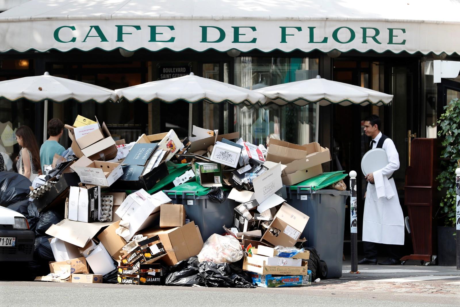 Streik blant renovasjonsarbeiderne i Paris fører til at fortauene er fylt til randen siden søppelet ikke blir hentet. Også legendariske og fasjonable Café de Flore er rammet. Arbeiderne protesterer mot den nye arbeidsloven som myndighetene ønsker å innføre.