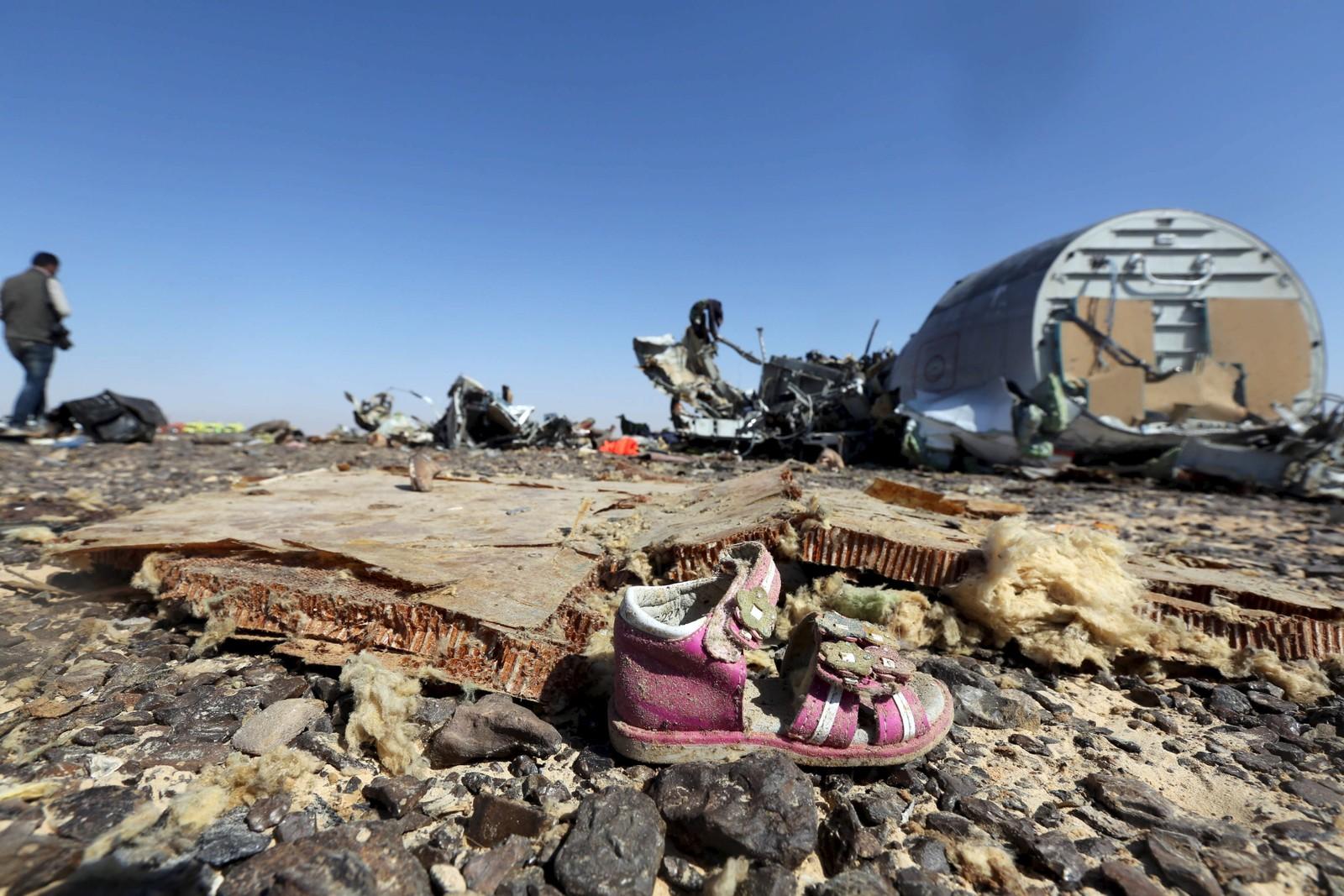En barnesko ved krasjstedet til det russiske flyet som krasjet på Sinaihalvøya. 224 mennesker døde i flyulykken, hvis årsak fremdeles debatteres.