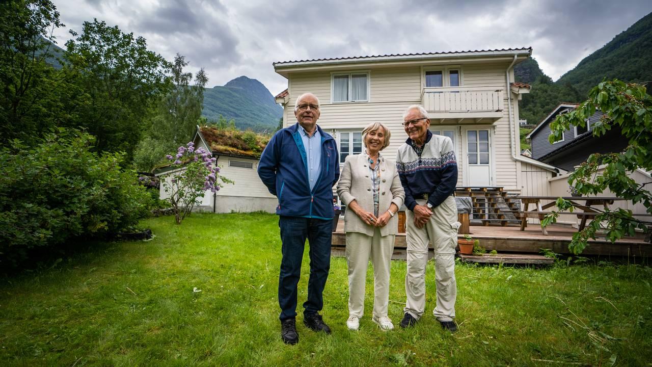 Lars Petter Knivsflå, Inger Margrete Knivsflå Sørdal og Odd Knivsflå ved barndomsheimen i Geiranger.
