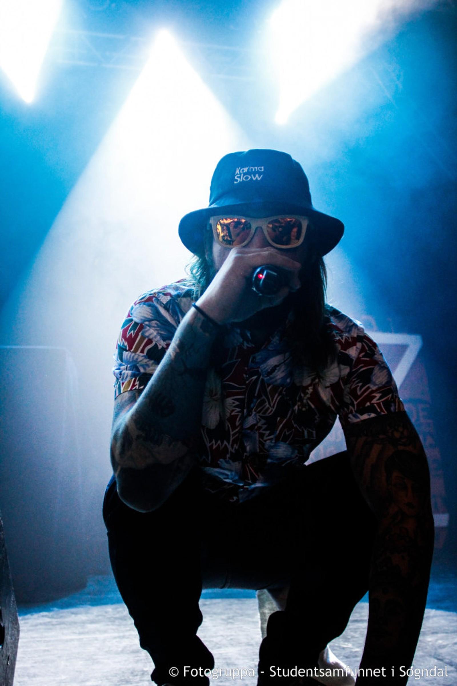 Rapparen Damien frå Hønefoss under opningskonserten til Vekao på studenthuset Meiriet i Sogndal.