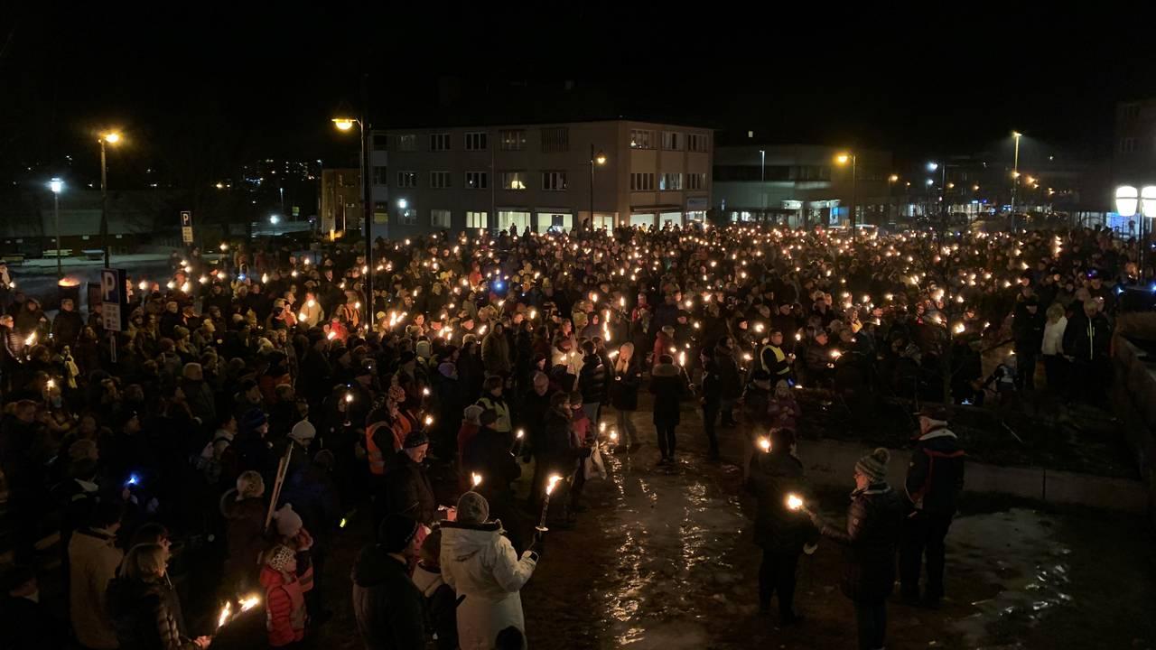 Mange i fakkeltog for sykehus i Elverum