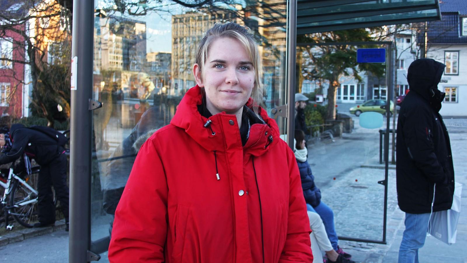 Pia Bjørnerud bruker ikke Kolumbus' billettapp. Årsaken til det er først og fremst mobiltelefonen hennes, sier hun. – Den funker bare når den vil, og jeg vet ikke om den kommer til å ha strøm når jeg skal ta bussen etter å ha vært på jobb.