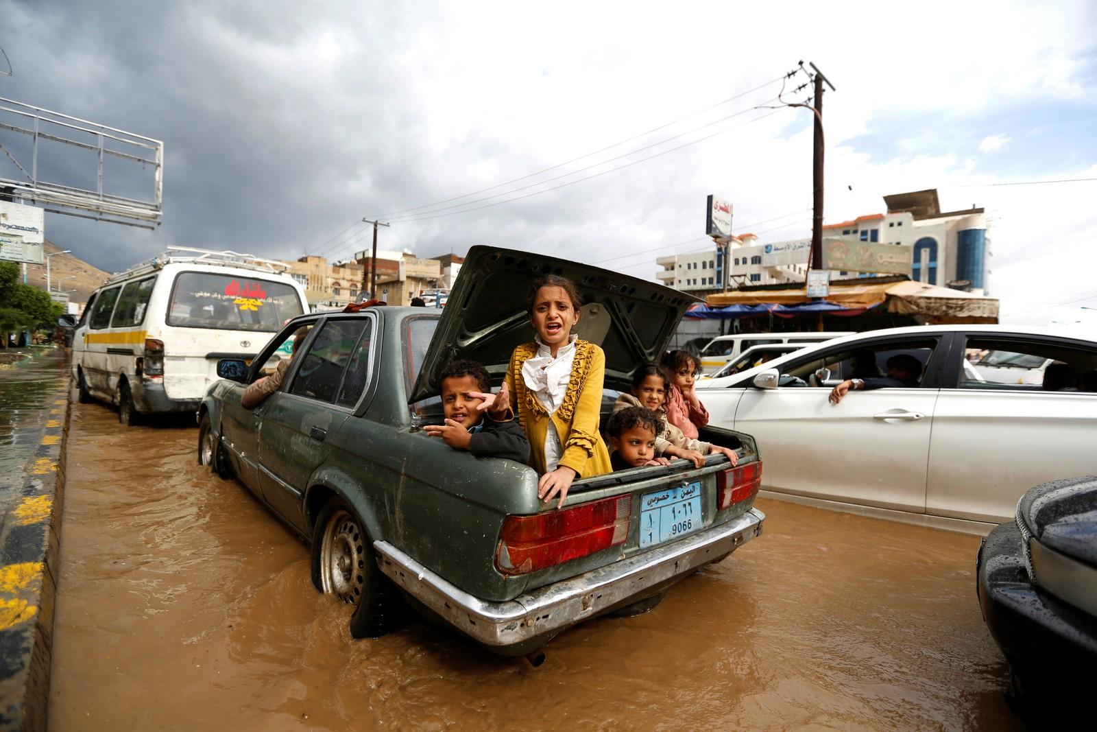 Uvanlig mye regn førte til oversvømte gater i Sanaa i Jemen den 1. august.