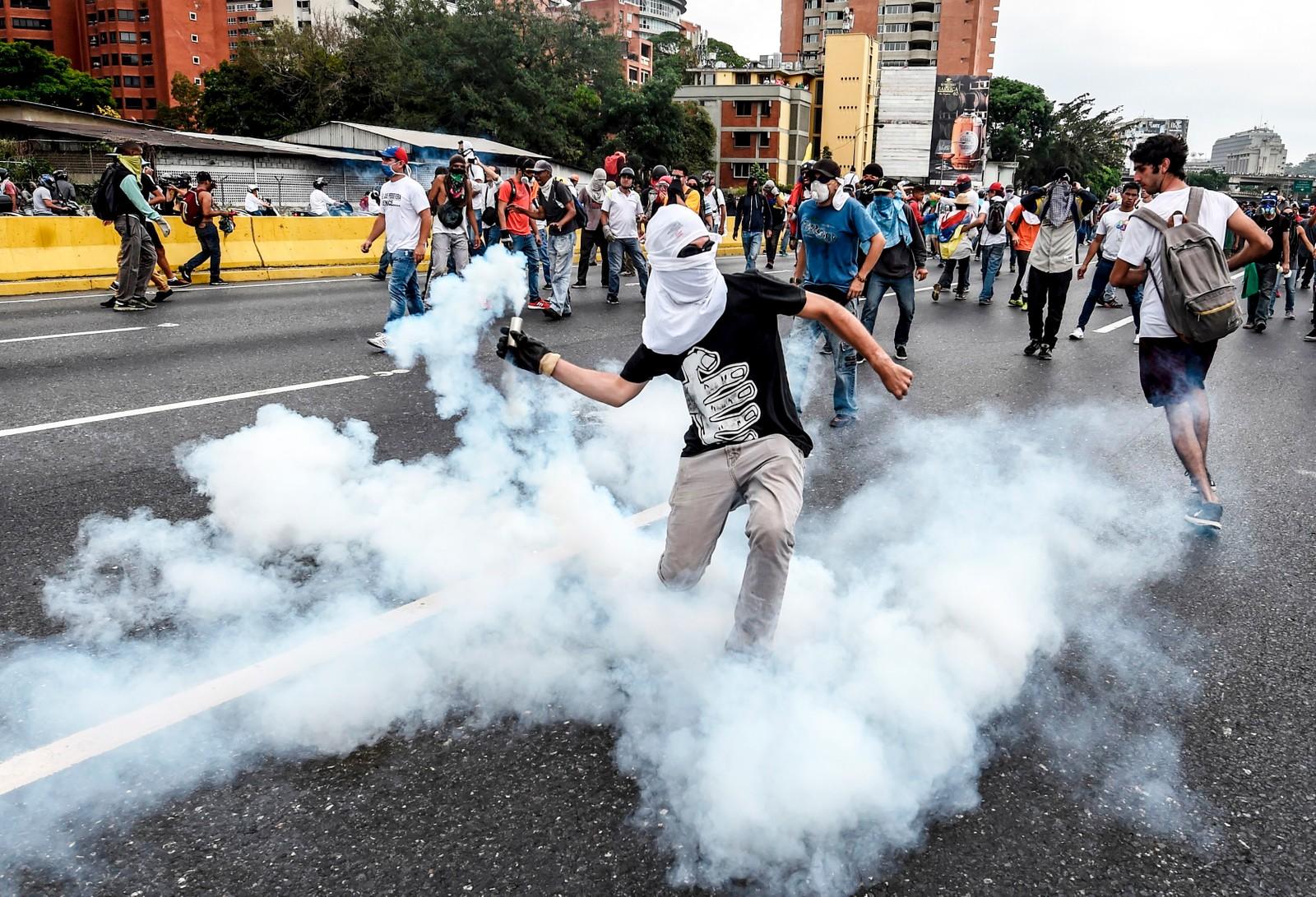 Demonstrantene kaster stein og brannbomber mot politiet og sikkerhetsstyrkene.