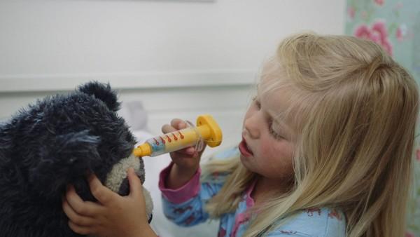 Norsk dramaserie. Legen. Lucy er syk og hjemme fra barnehagen. Når legen kommer og skal undersøke henne synes Lucy det er litt rart.