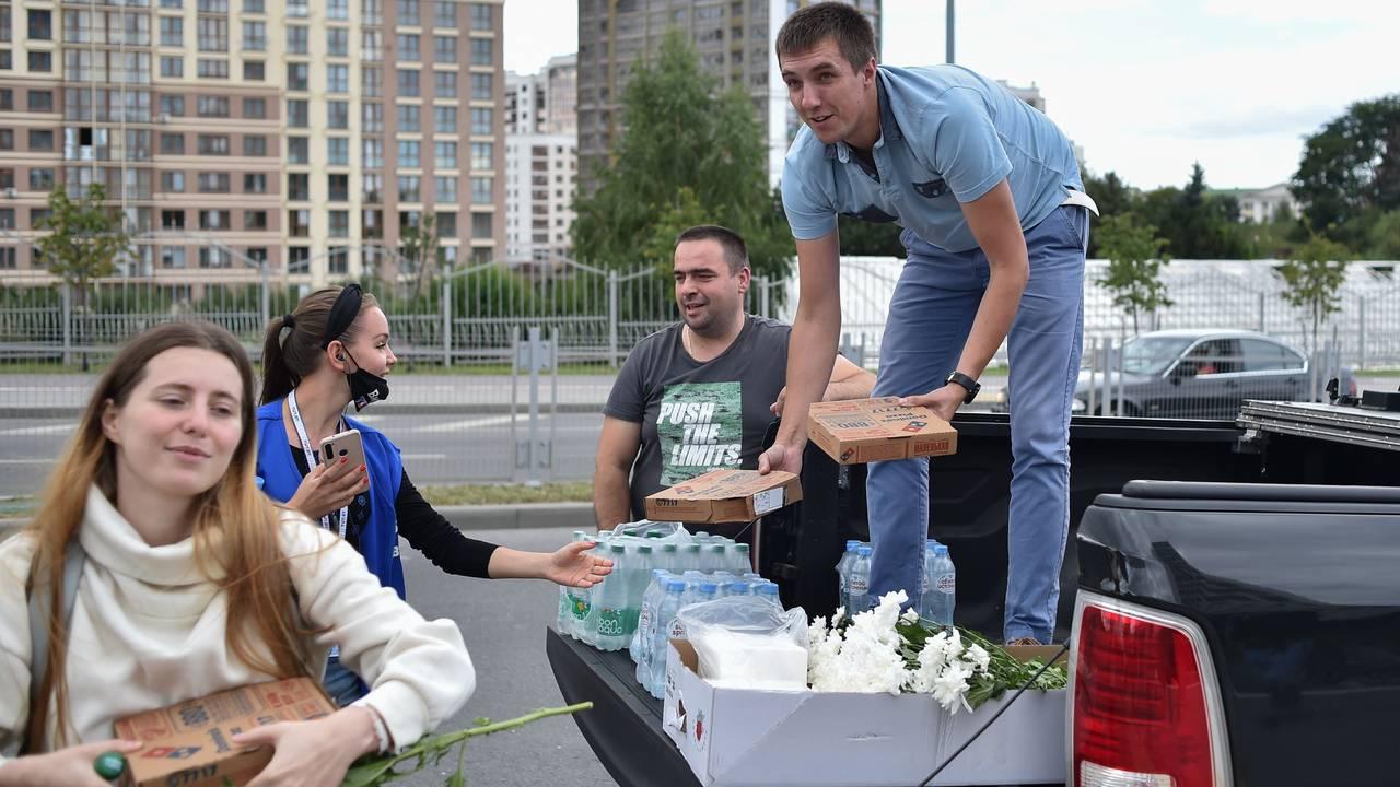 En ny forsyning med blomster leveres til demonstrantene i Minsk.