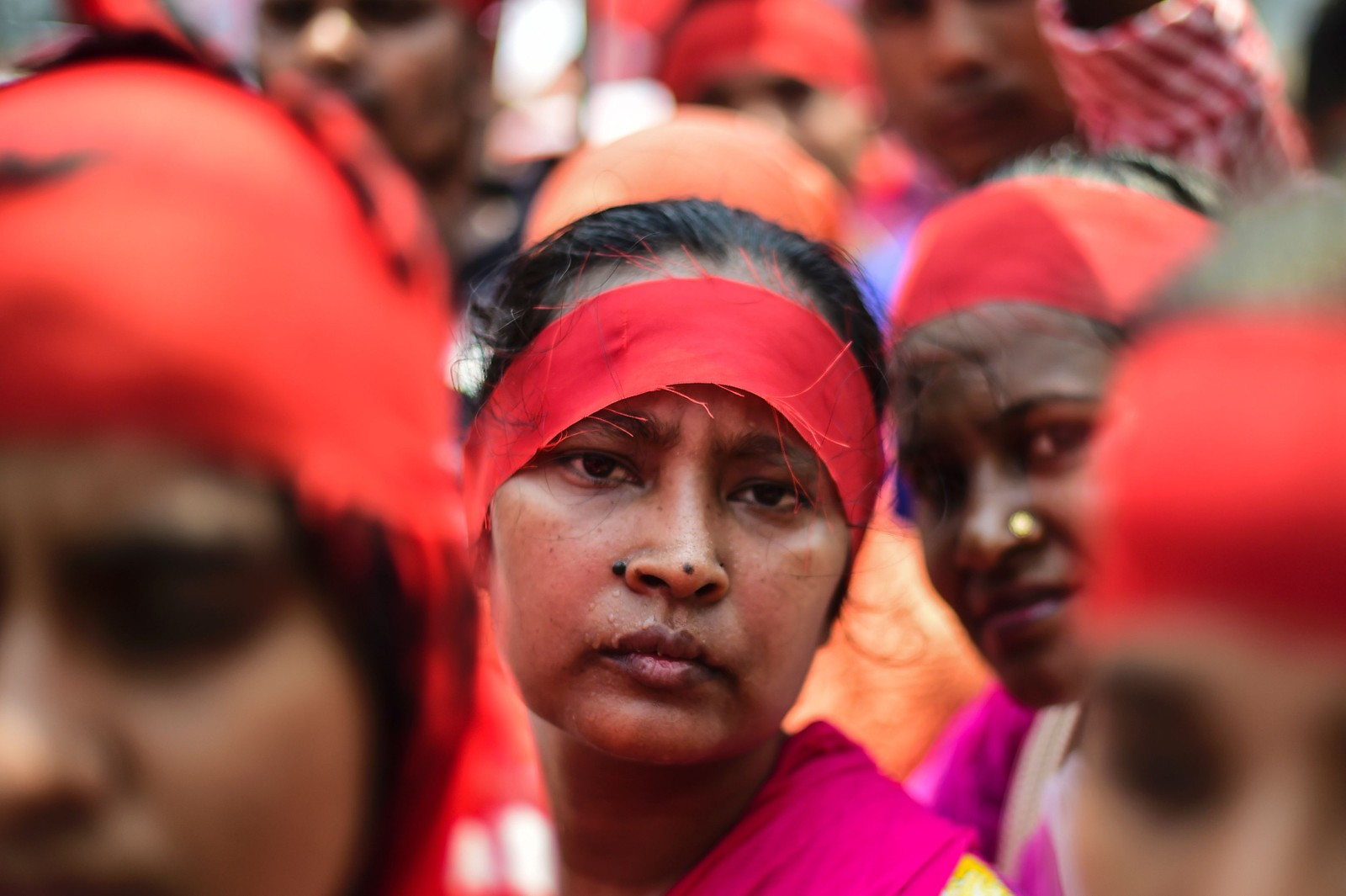 En kvinne tar del i markeringen av arbeidernes dag i Dhaka i Bangladesh søndag.