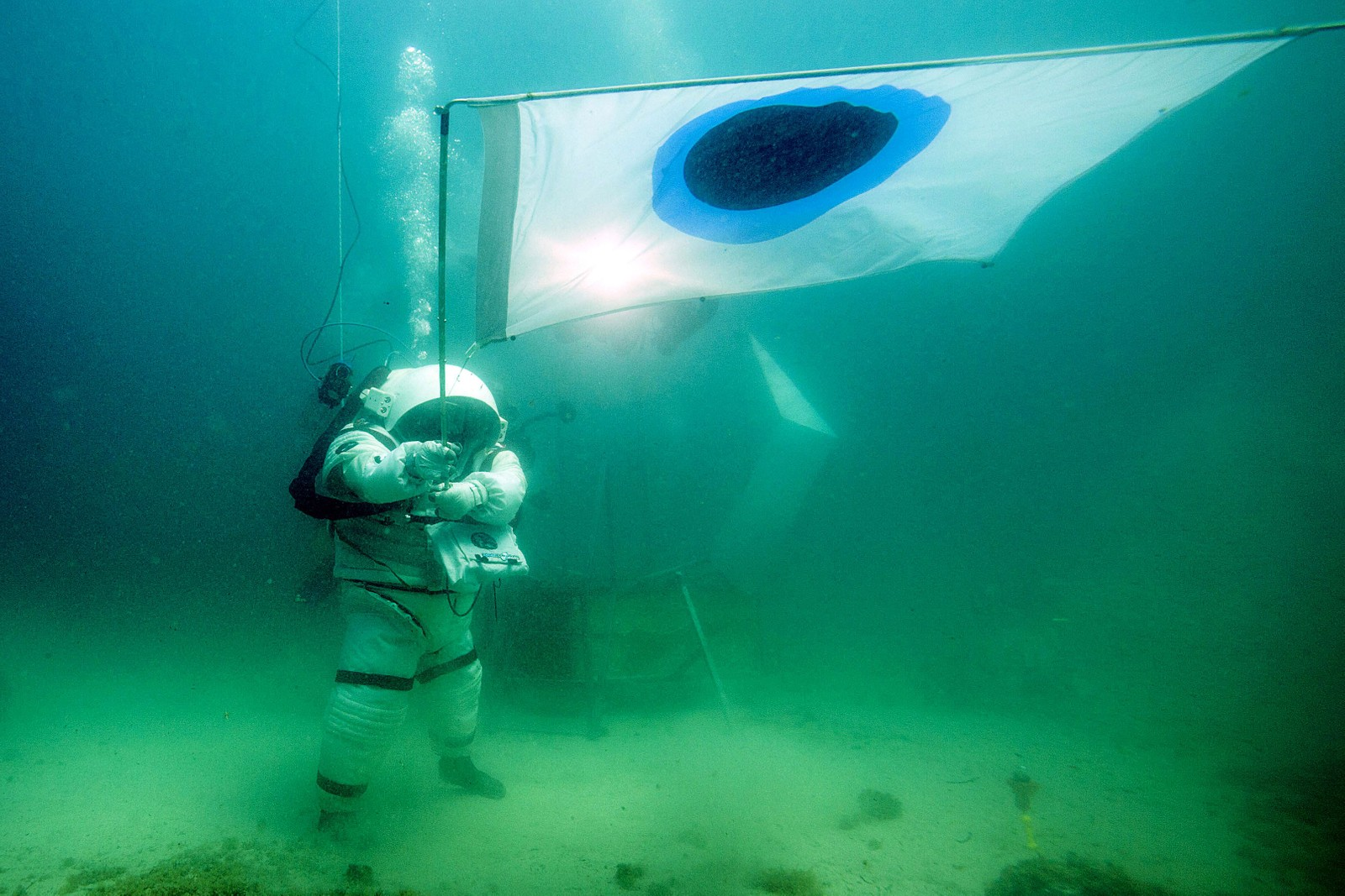 En dykker i en romdrakt under operasjonen «Moonwalk», som ble gjennomført i Middelhavet ved Friouøyene ved Marseille i Frankrike. Dykkeren styrer et robotkjøretøy kalt «Yemo» via en datamaskin, som testes for å kanskje kunne brukes i fremtidige ekspedisjoner til planeten Mars.