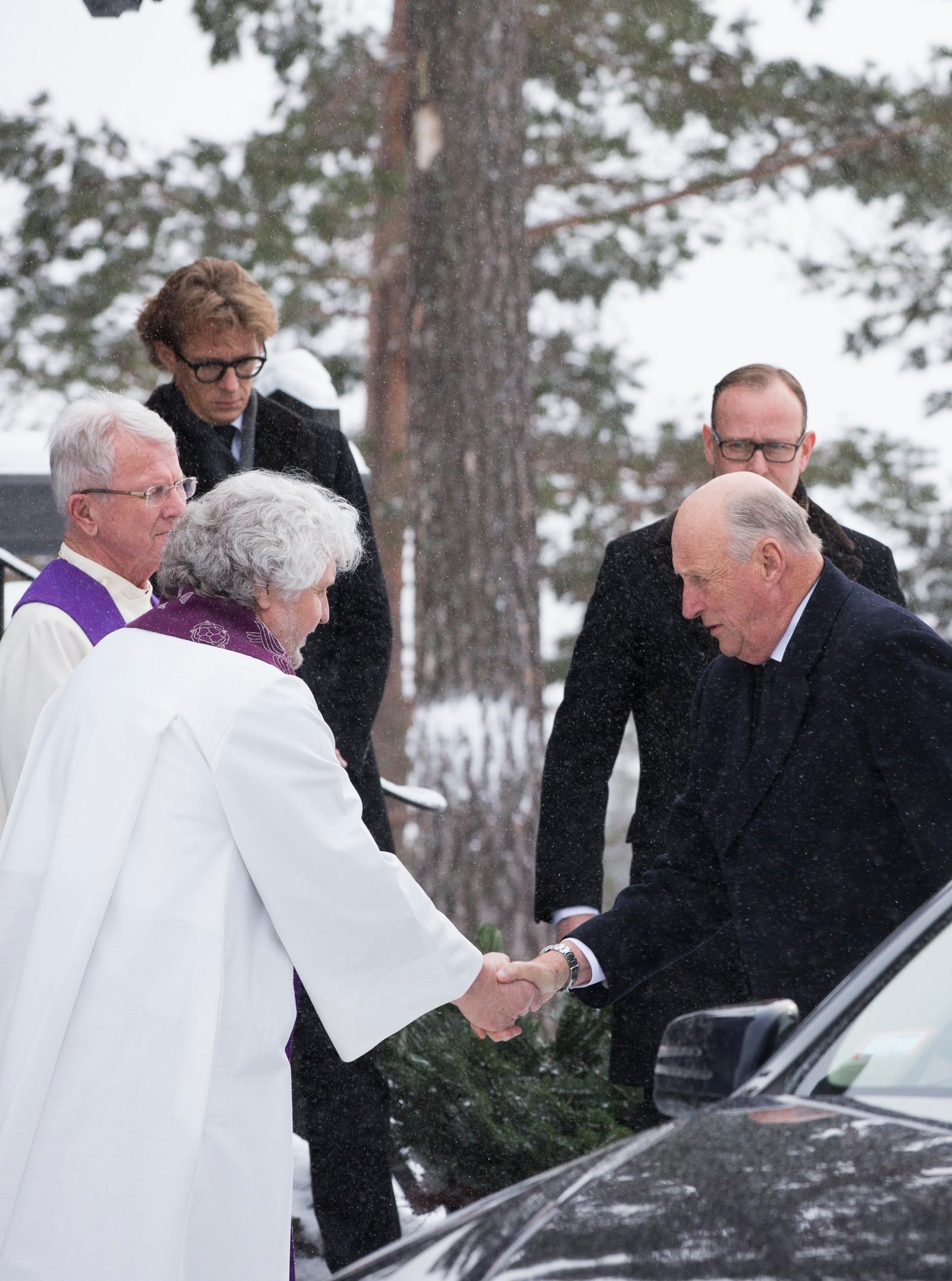 Kong Harald blir tatt imot av biskop Sigurd Oseberg og sogneprest Jan-Erik Heffermehl ved ankommer Holmenkollen kapell der Johan Martin Ferner bisettes mandag. Foto: Berit Roald / NTB scanpix