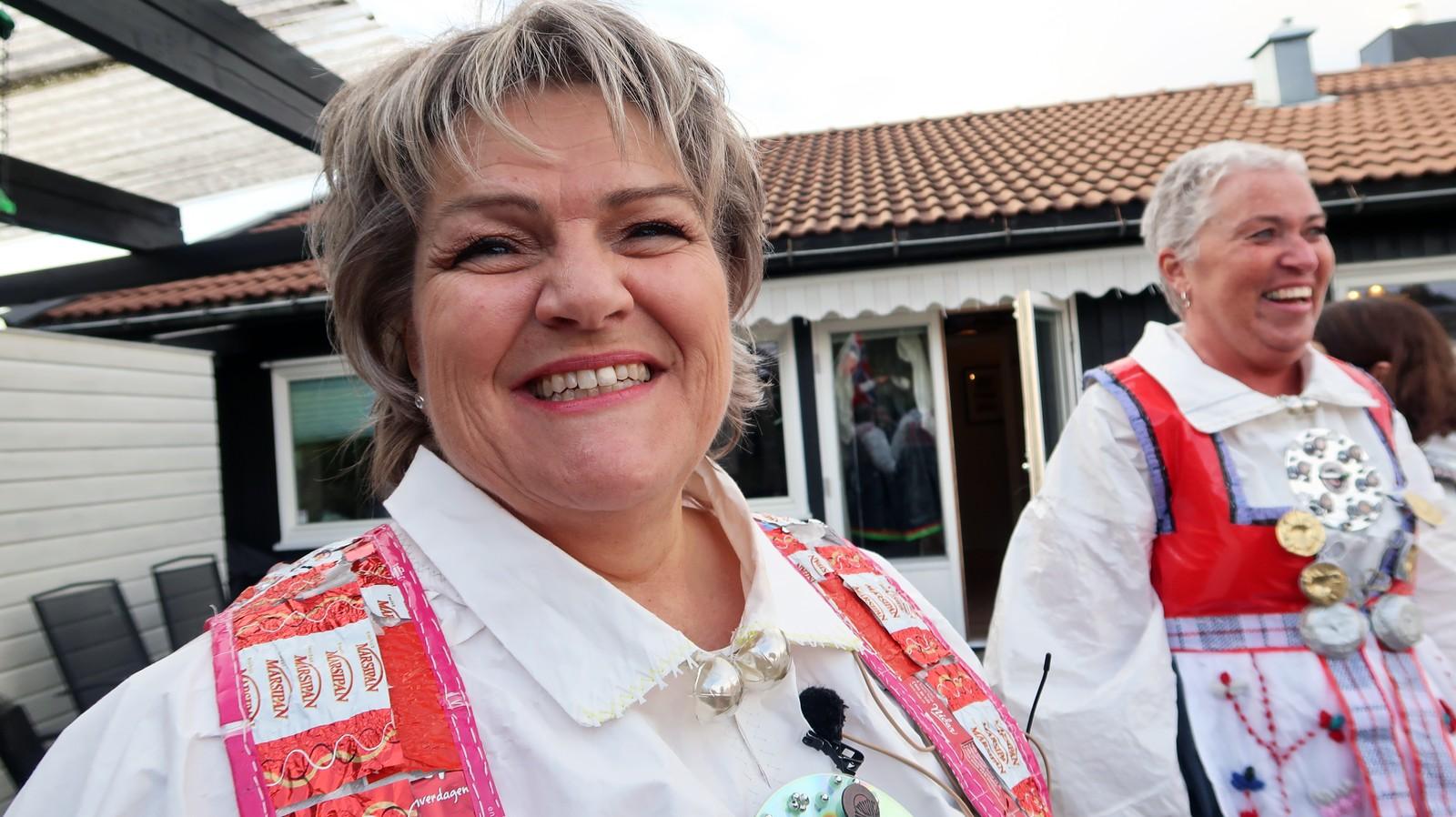 Aase Helene Fidje Ødegaard fikk ideen og sydde 25 bunader i plast med Aust- og Vest-Agderbunadene som utgangspunkt.