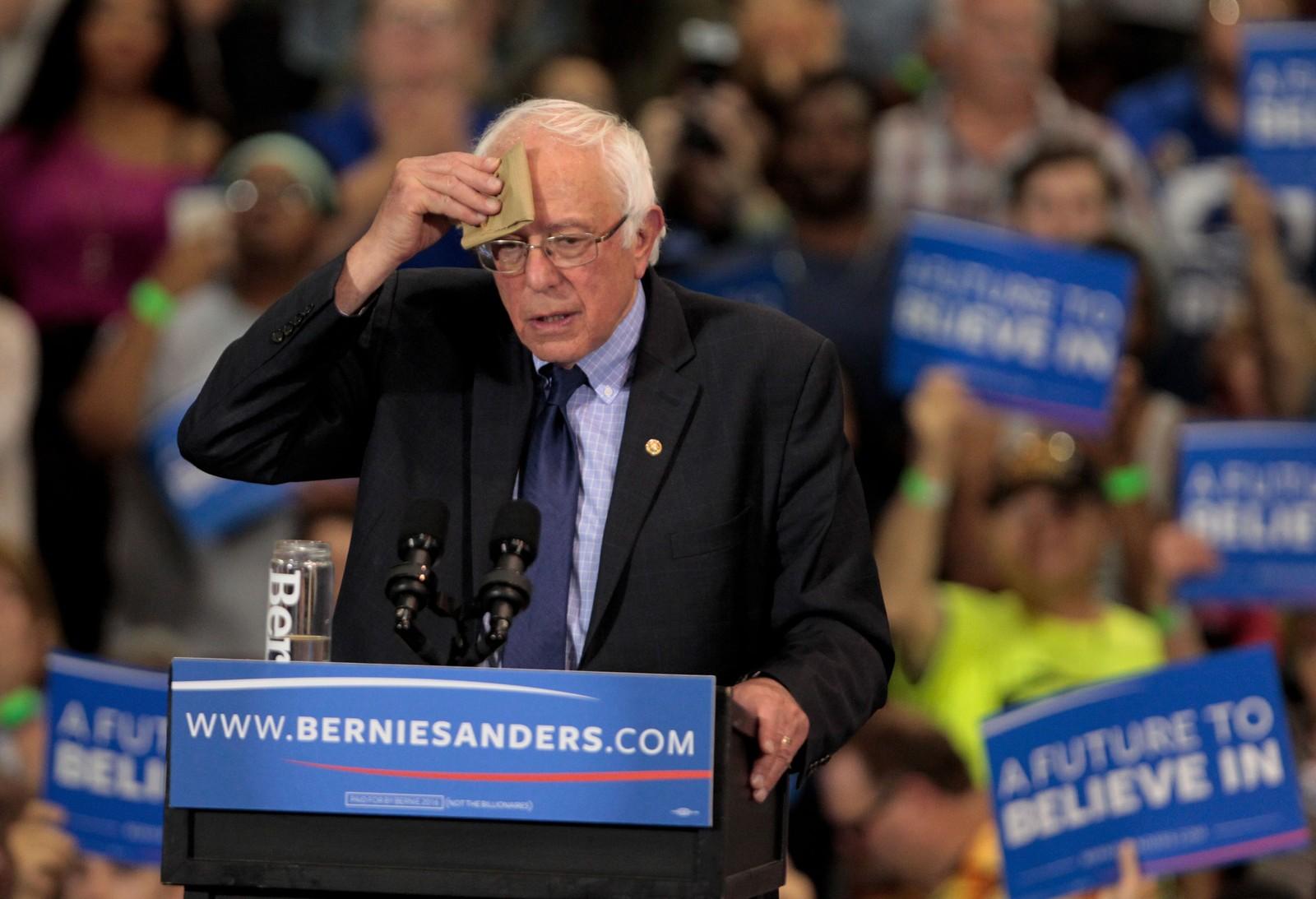 Bernie Sanders tørker pannen under et valgkampmøte i Huntington, Vest-Virginia i USA tirsdag denne uken.