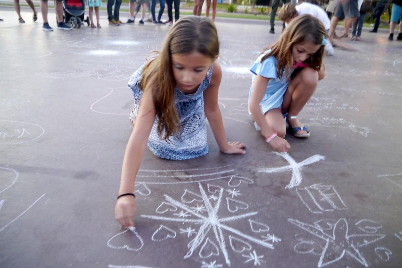 Laura (9) og Mélia (8) bor i Nice. De var her sammen med foreldrene sine.