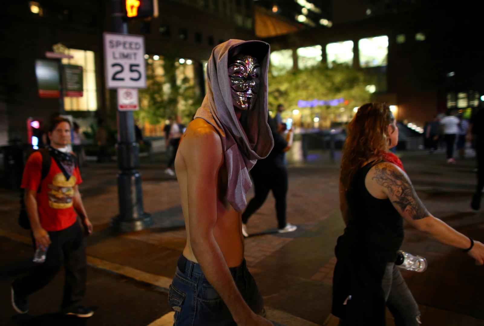 Demonstranter protesterer i gatene etter at Keith Scott ble skutt i Charlotte.