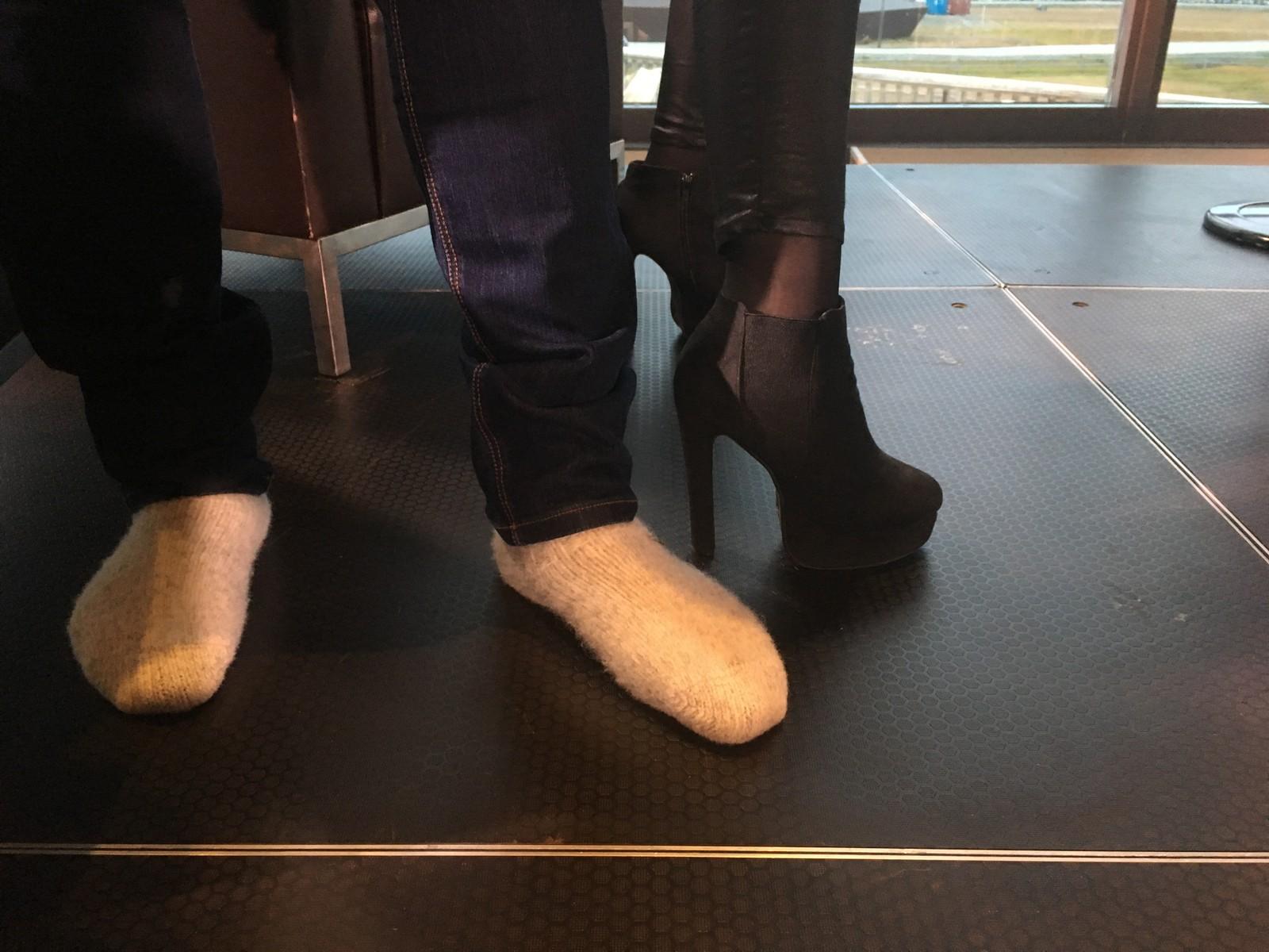 Brenner i raggsokker, SVT-programlederen i høye hæler.