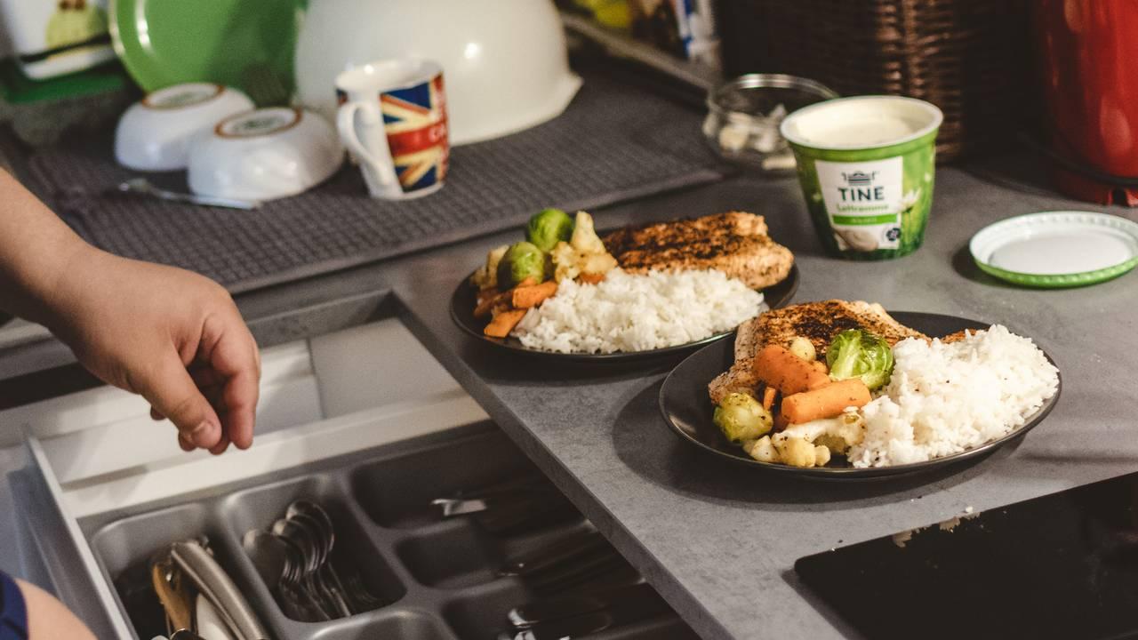 To middagstallerkener med ris, grønnsaker og laks