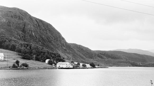 Skifjord Trevarefabrikk i 1969. Nokre få år seinare vart fabrikken totalskadd av brann. Ukjend fotograf. © Fylkesarkivet.
