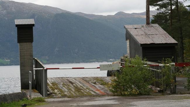 Stengt står det på eit skilt på den tidlegare ferjekaia på Svartemyr. Foto: Ottar Starheim, NRK.