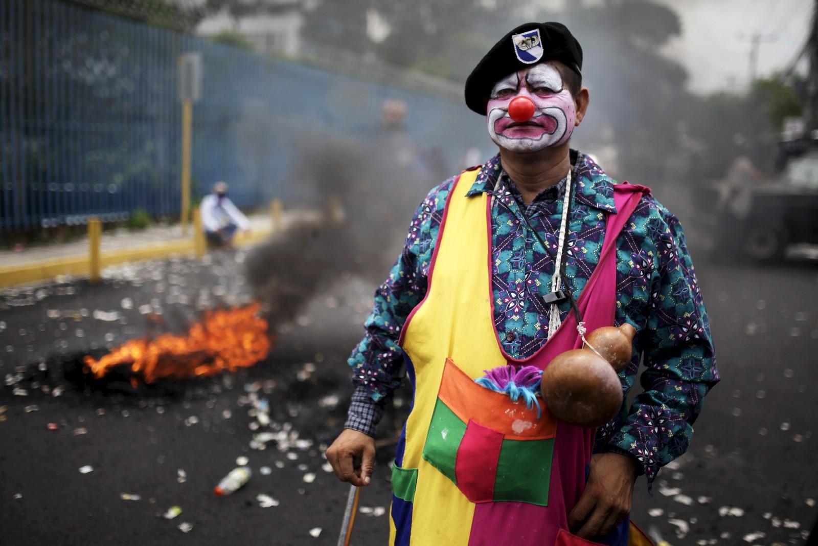 Borgerkrigsveteranen «Tecomatio» deltar i en demonstrasjon i El Salvador som krevde rettigheter for hans gruppe.