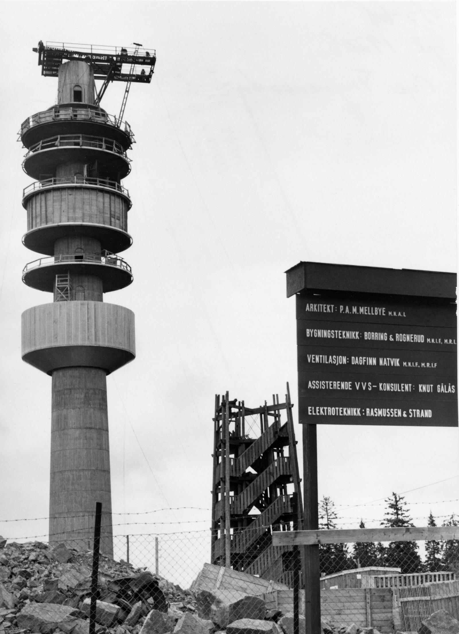 Det nye Tryvannstårnet nærmer seg fullføring sommeren 1961. Til høyre det gamle Tryvannstårnet.