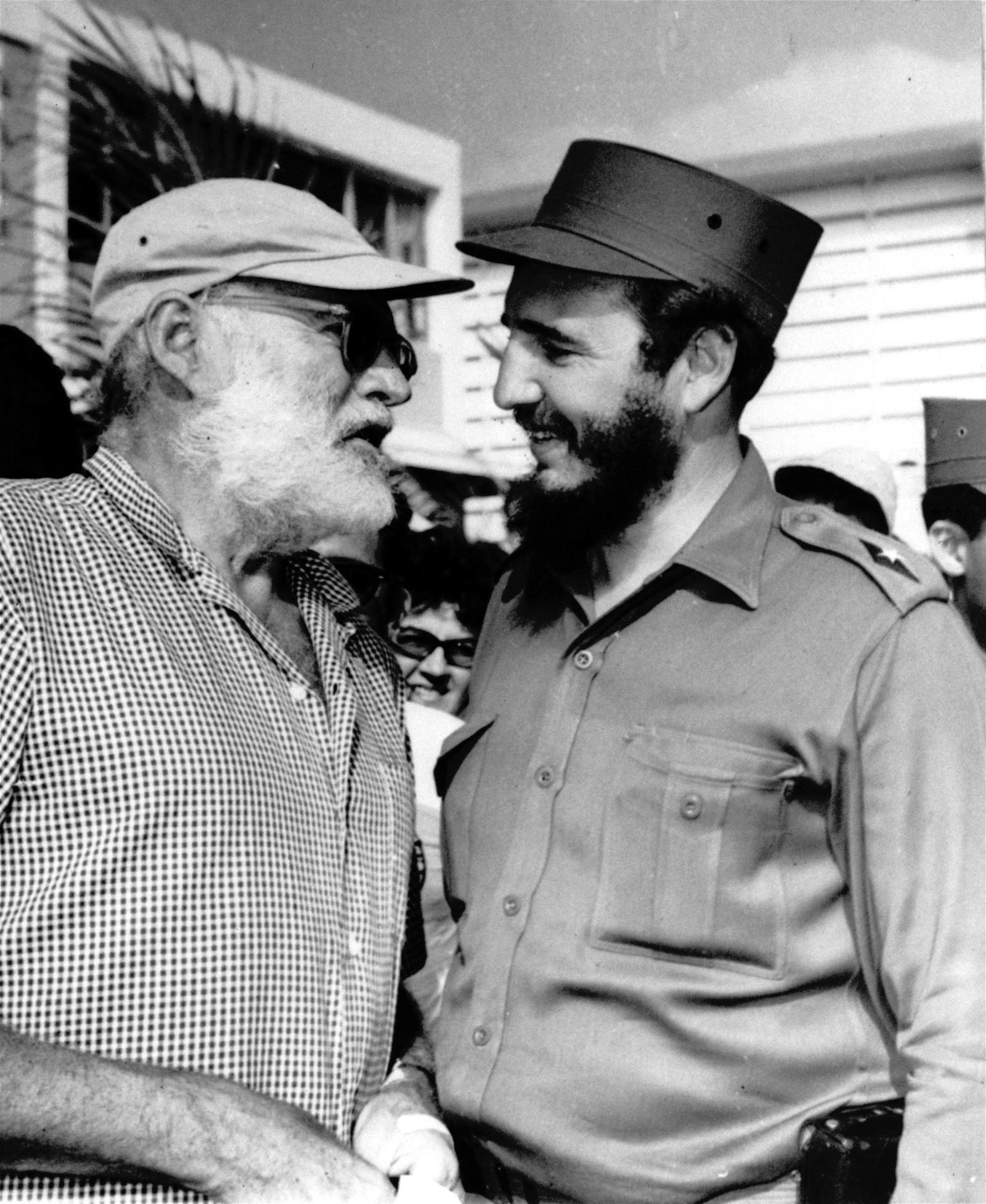 Den amerikanske forfatteren Ernest Hemingway, som bodde lange perioder på Cuba, og landets nye leder Fidel Castro under en passiar i mai 1960 etter at Castro vant fiskekonkurransen som bar forfatterens navn. Hemingway var en ivrig fisker, men fikk ingen napp dette året.