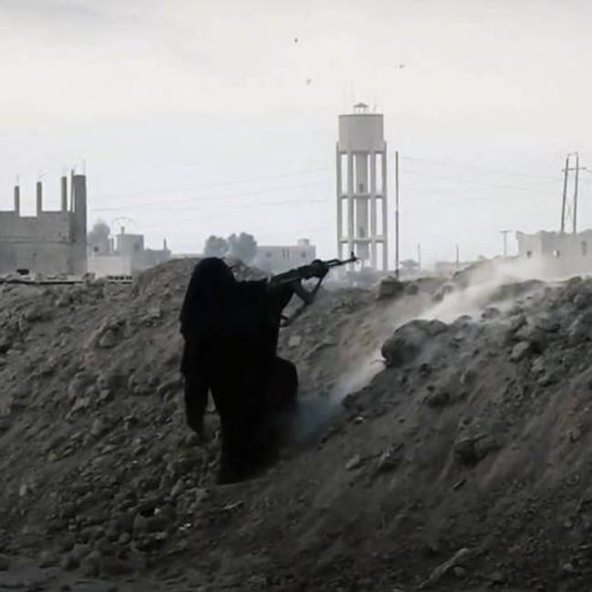 IS-kvinne som skyter