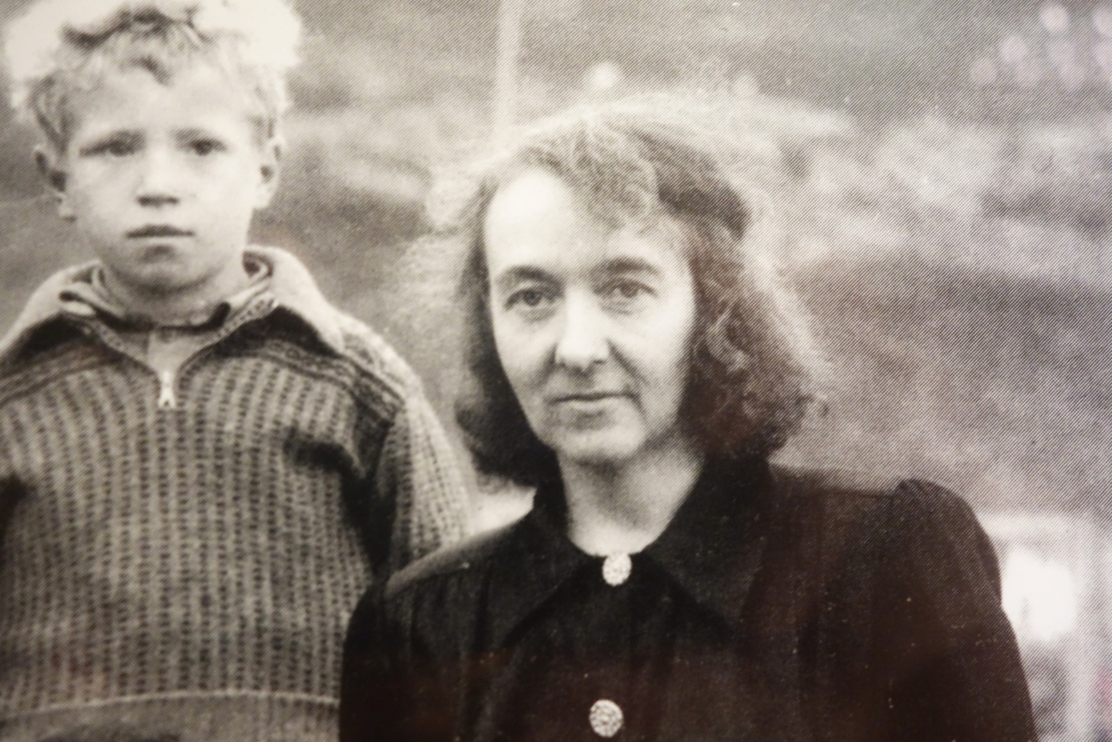 Anna Martinsen, født Isaksen, med en av elevene sine.