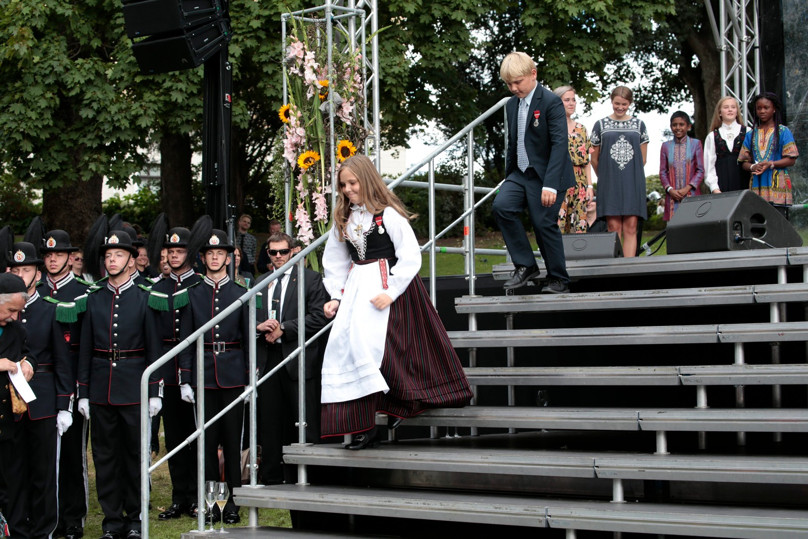 Dronning Sonja avbrøt sin tale ved å lære gjestene en applaus hun hadde lært av barnebarna på en tur til Finnmark.